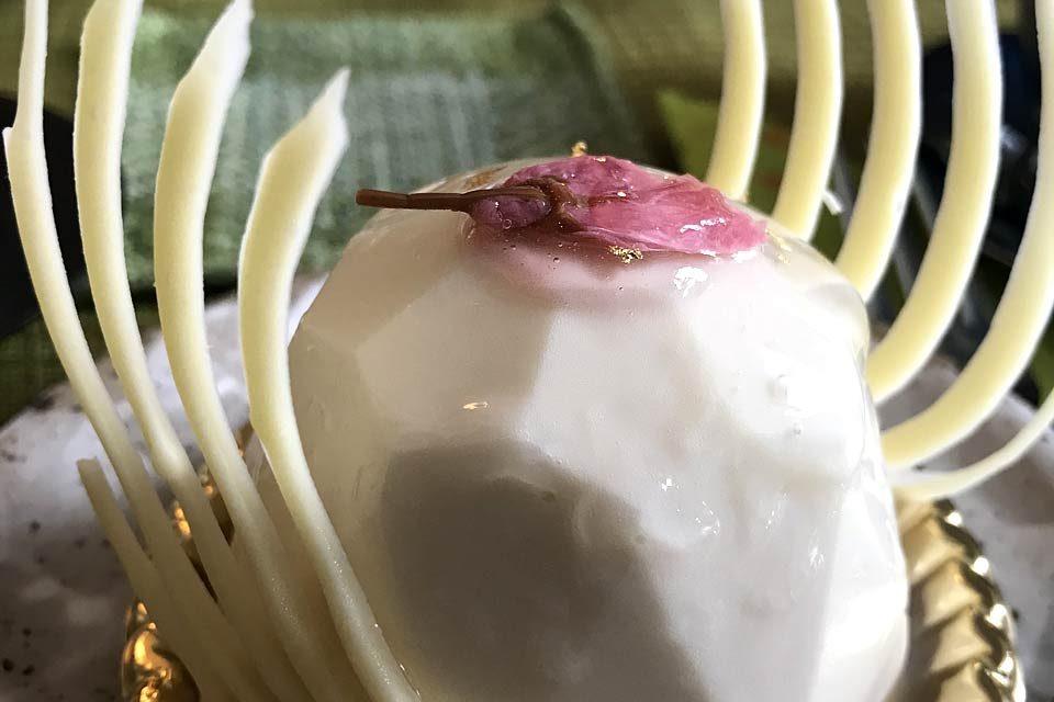 Konditoren-Kunst: ein zartes Kirschblüten-Törtchen mit weißer Schokolade.