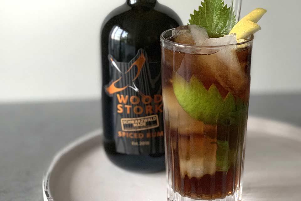 Frisch, fruchtig und exotisch: der Godjira Cuba Libre mit Wood Stork Siced Rum